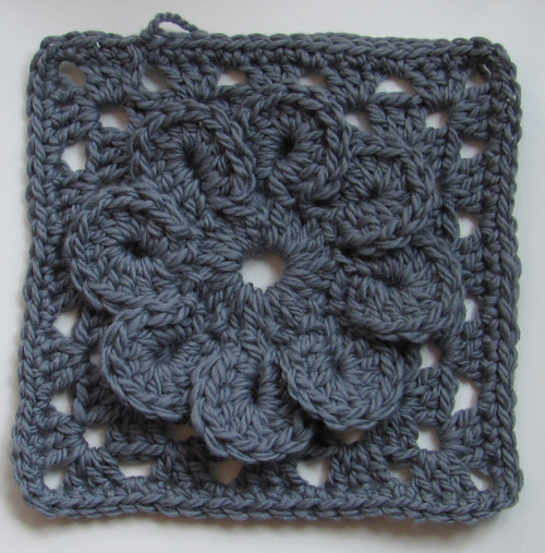 podkins:  Bulky Granny Square with Flower  Tutorial (in both Swedish and English) at Virkning-Crochet