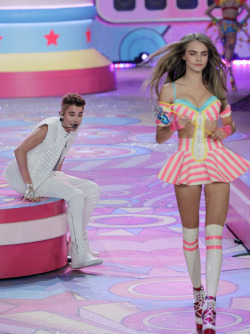 sexhilaration:  teenfake:  k-i-n-ky:  OH MY GOD   WHY IS CARA AND JUSTIN ON THE SAME STAGE U M M  Victoria's Secret Fashion Show. Are you dumb???