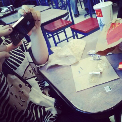 Des restant du mcdo+ marjo qui prend des photo instagram too!!!!!