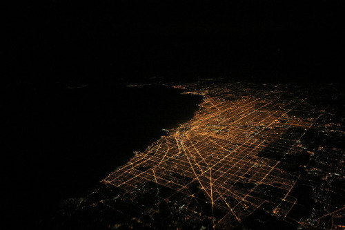 fuckyeahairplaness:  Red Eye Over Chicago (by Gamut's Edge)