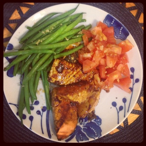 #dinner yummm so hungry! Haricots verts (French green beans) • beefsteak tomato • ghetto teriyaki salmon (soy sauce and honey) #cleaneating #healthy #food #yum #clean