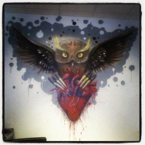 Sjujkt snygg artwork på deras vägg! Bara sprayat! #art #tattoo #studio #owl #artwork #wings #heart #spray #sprayart