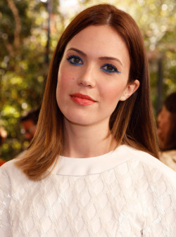 Seven steps to getting Mandy Moore's graphic electric blue eyeliner.