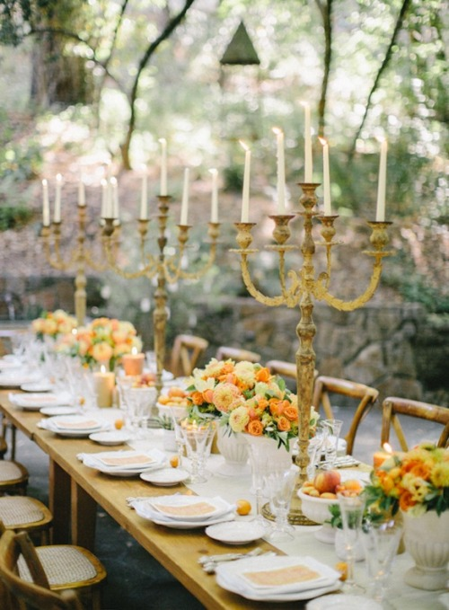 Une jolie tablée rustique orangée (via Rustic Wedding in Napa | Orange Wedding Ideas | Wedding Ideas Blog | Once Wed)