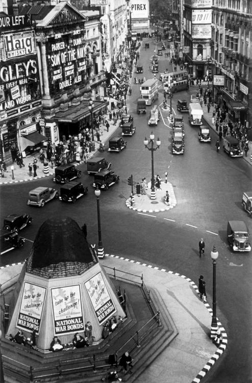 operationbarbarossa:  Picadilly Circus; Life in London during the Blitz - 1940 Photo by George Rodger
