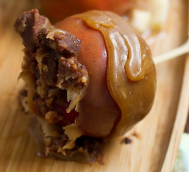 findvegan:  Peanut Butter Cup Caramel Apples