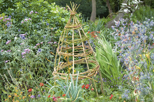 Instructions for making your own lovely obelisk. #gardening