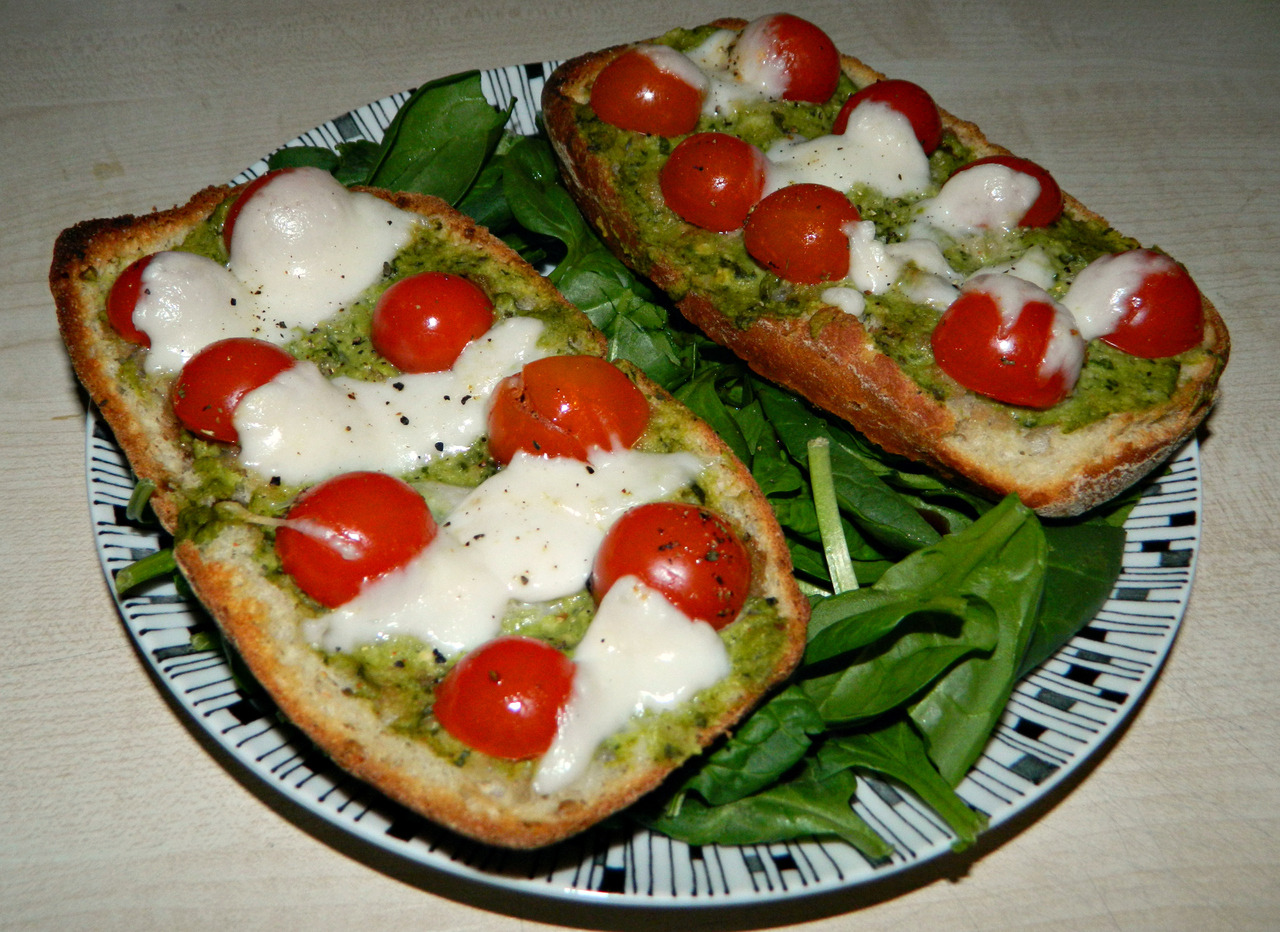 e-a-t-clean:  seedsnsmiles:  Toasted ciabatta with homemade avocado pesto, balsamic marinaded cherry tomatoes and mozzarella on a spinach/balsamic salad.  q'd