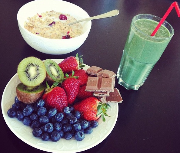 "healthyhabitdiary:  I love how healthy the meal is and that it still includes chocolate. ""Everything in moderation"" done right!"