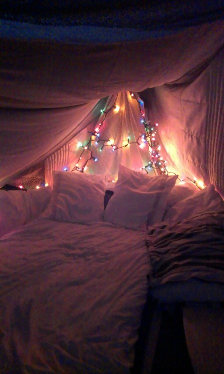 buttsxe:  cloudy-dreamers:  this makes me feel christmassy  i want a bed like that ugghhghhsdhasklda