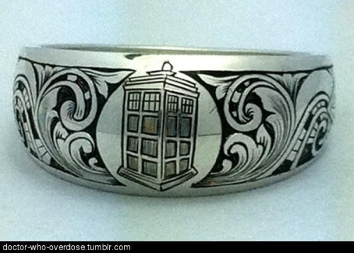 doctor-who-overdose:  Awesome tardis ring. i want it so bad!Click for the best DoctorWho tumblr ever.