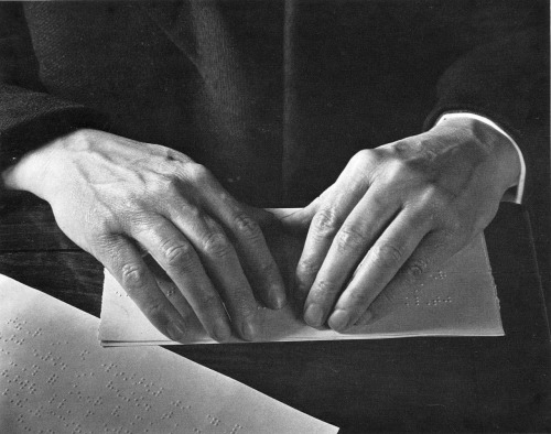 natamoraru:  Hands Reading Braille (1993), photographed by Imogen Cunningham.