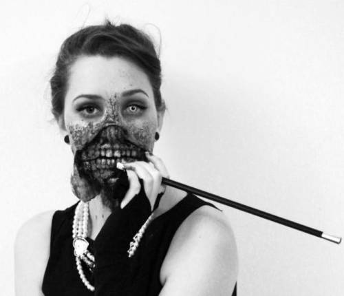 A Zombified Audrey Hepburn Is Disturbingly Awesome  source: http://www.winextra.com/culture-2/cosplay/a-zombified-audrey-hepburn-is-disturbingly-awesome-pics/