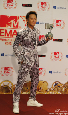 fuckyeahhangeng:  Chinese singer Han Geng presents his award as Best Worldwide Act during the 2012 MTV European Music Awards show at the Festhalle in Frankfurt, central Germany, Sunday, Nov. 11, 2012. (AP Photo/Frank Augstein) | Cr: apimages