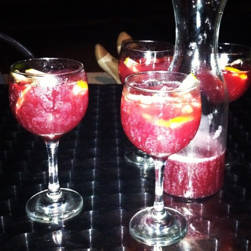 Sangría with sone friends :) #happy #havingfun #nightout #friends #drinks