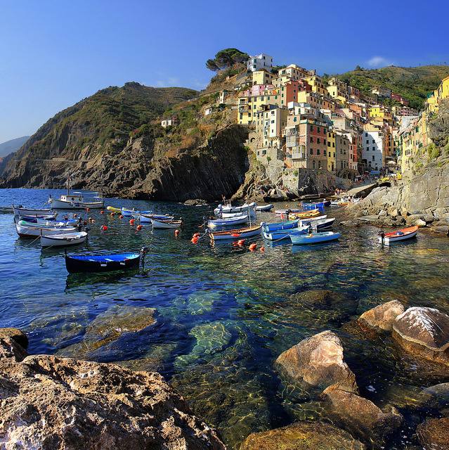 The coast of Riomaggiore plunges steeply into the sea by B℮n on Flickr.