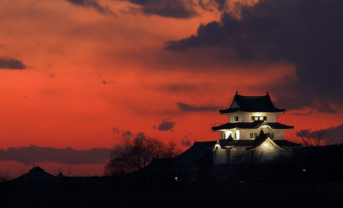 landscapelifescape:  Ibaraki-machi, Japan Fire in the sky! (by Spice ♥ Darling)
