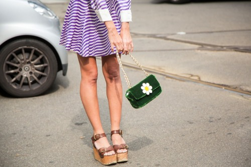 A look that makes a daisy blossom out of a green mini bag.