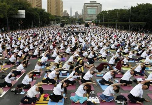 People practice yoga in front of the Presidential Office in Taipei, November 11, 2012. Thousands of people gathered on Sunday for a mass yoga session in an attempt to create a record for the most number of people practising yoga in the same time, according to the organizer.   Via: REUTERS/Pichi Chuang.