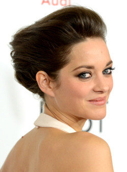 Marion Cotillard, Halle Berry and Rihanna are among this week's 5 Best Beauty Looks.