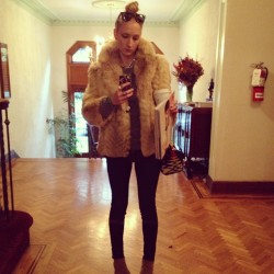 Something about #sexandthecity on my day off make me want to wear #dayfur 🐅🐇🐰🐻🐺 #ootd #wiwt #pendleton (at House of Voss)