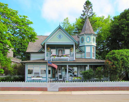 Rearick House, one of a group of Victorian houses that were built around 1900 on Mackinac (pronounced and sometimes spelt Mackinaw) Island between the Lower and Upper Peninsulas of Michigan. Photo by Eridony via Flickr.