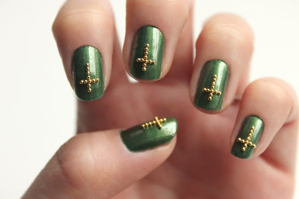 truebluemeandyou:  DIY Studded Cross Nail Art Tutorial from Syl & Sam for LuLu's here.   wow i love