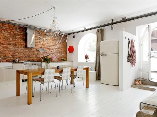 Source: Lilli Halo Decoration Loft living can be so good. Love the Smeg fridge.