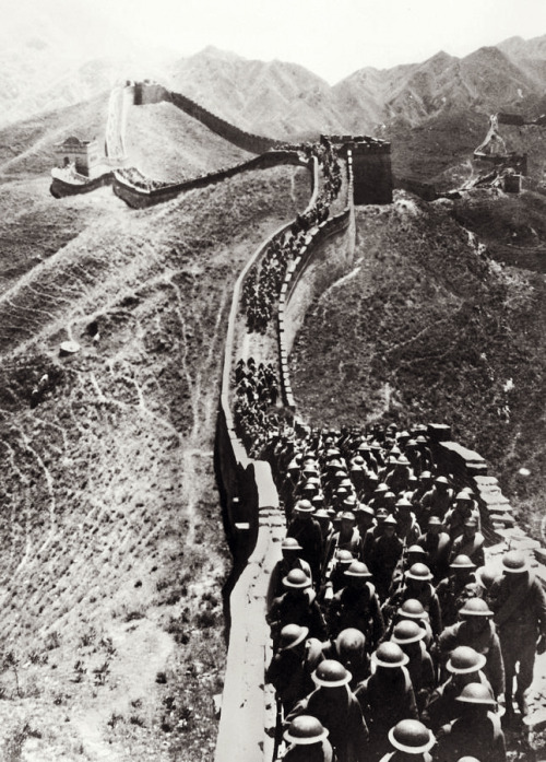 itsjohnsen:  Chinese troops march on the Great Wall during operations against the invading Japanese. Peiping, 1937. Unattributed