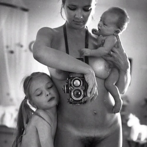 #art #mother #son #daughter #family #arte #familia #vintage #familypicture #censura #sincensura #noalasencura #nude #desnudo #goodnight #byebye