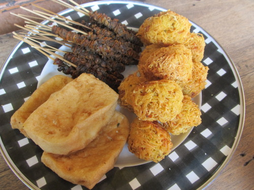 indonesianculinary:  Clockwise: Sate Kerang, Lento, Tahu Goreng. (Submitted by sugaracid) THANK YOU :) wow kudapan pas diwaktu sore choiced coffee n tea on side;)
