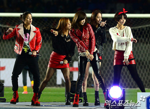 F(x) - Korea vs Australia Football Match: Half-Time Show (121114) (2)