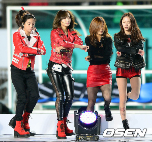 F(x) - Korea vs Australia Football Match: Half-Time Show (121114) (1)