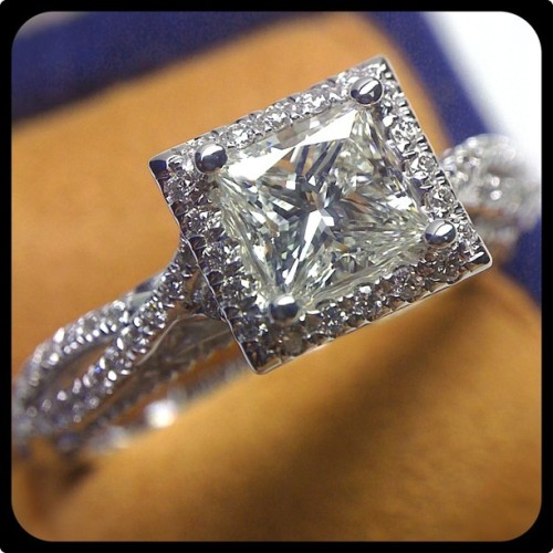 Allow us to introduce this gorgeous Venetian-5005P with a dazzling Princess cut diamond set in the halo.