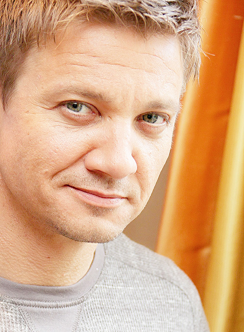 116/100+ photos of this asshole called Jeremy Renner