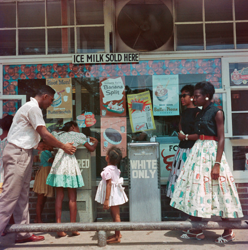 blackhistoryalbum:  The Way It Was….Mobile, Alabama, 1956 | Series 1/5 A family taking a break at segregated water fountain. Gordon Parks, photographer.