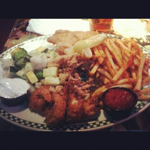 "The ""Captain's Platter."" My body wasn't ready #foodporn #yum #santamonica #cali #seafood (at Barney's Beanery)"
