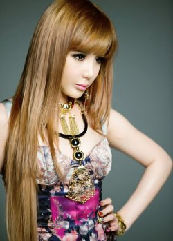 I used to hate it that Park Bom's hair was so long and I wished she'd have it atleast styled. But now as she sports a shorter do'….i have to say, i kinda miss her long hair :(