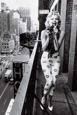 vintagegal:  ma-ganda:  yeah marilyn was helllll a size 16  For the millionth time this isn't Marilyn Monroe- Eva Herzigova for Guess photographed by Ellen von Unwerth, 1992