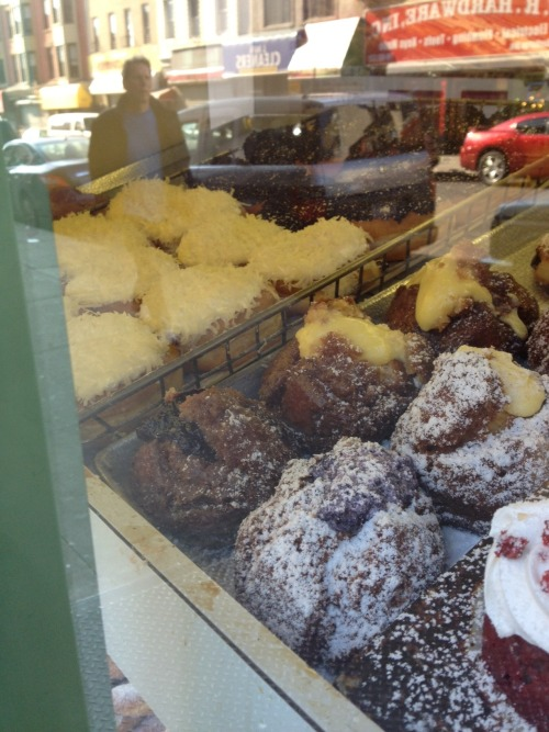 Today, I went to Heaven. I mean, Brooklyn. Greenpoint's own Peter Pan Donuts. And yes, as pun-ny as it sounds, I WOULD HAVE LOVED to stay in their Never Never Land.