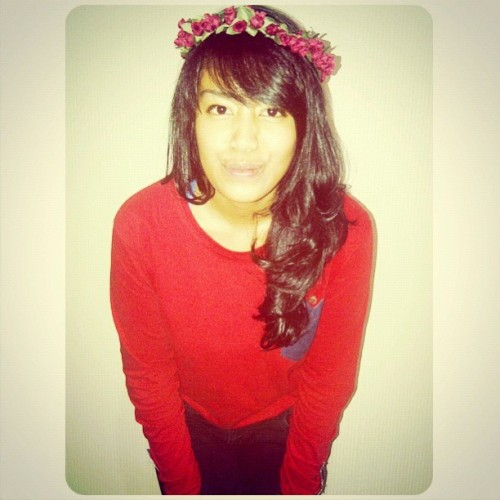 Red t-shirt, flower head wreath & curly hair 💇💇💃💃#instagram #curly #flower #girl #instagood