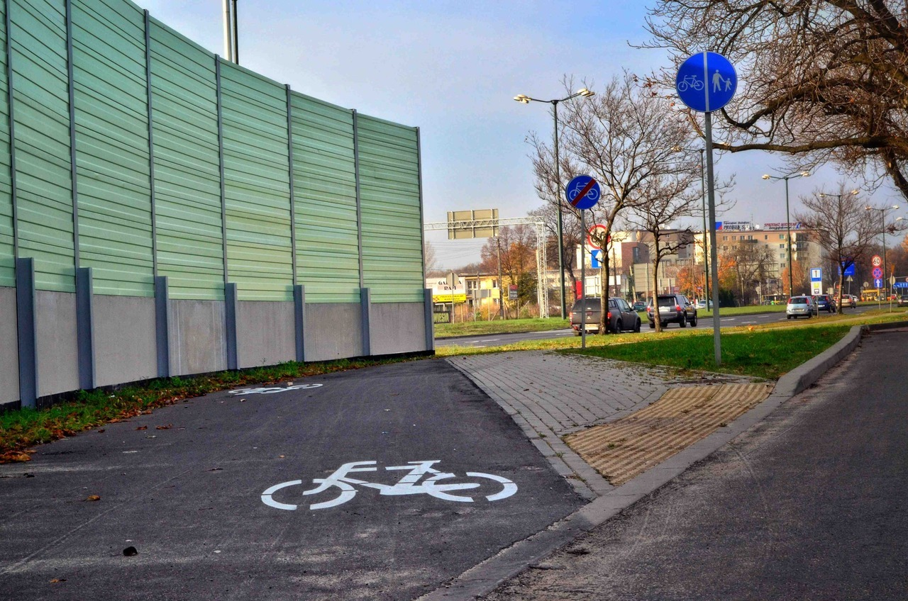 twowheeltravel:   What the what…? World's shortest cycle track.