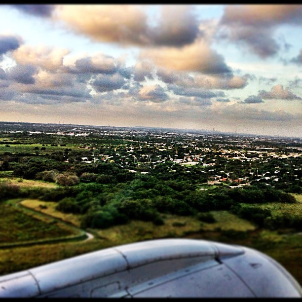 Landing in Barranquilla. The small shade in the back is the city. #barranquilla (at Aeropuerto Internacional Ernesto Cortissoz (BAQ))