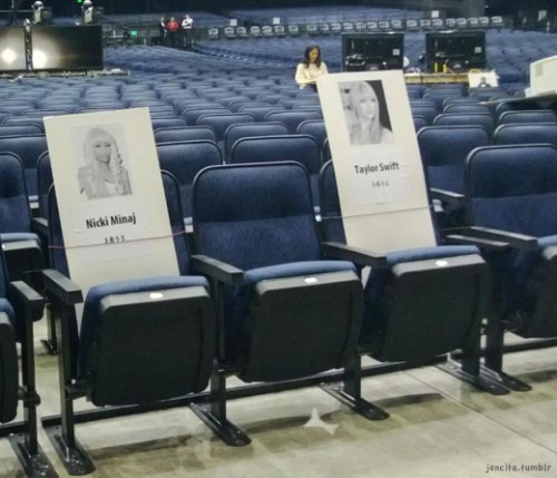 jencita:  Taylor Swift sitting by Nicki Minaj and JB at AMAs (JB is on other side a couple seats down)