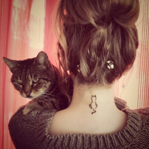 fuckyeahgirlswithtattoos:  @Red Cat Tattoo  I'm really kind of obsessed with this tattoo and I was sure I didn't even want one anymore.