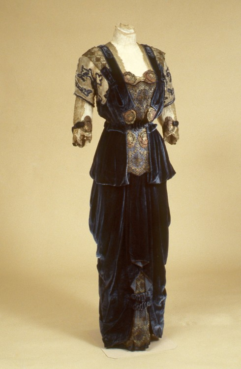Woman's dress and jacket made between 1910 and 1915. Indianapolis Museum of Art. Accession Number: 76.292