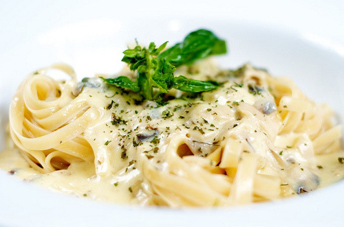 babeeface:  Fettuccine alfredo, Looks good Maybe I make this tonight with Jumbo Shrimp, YEAH!