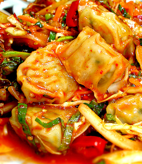 southkoreanfood:  비빔만두 BIBIM MANDOO (Tossed Dumplings): Korean steamed water dumplings (soft, tiny dumplings made to be served wet) are tossed around with vegetables in a tangy, spicy, and sweet sauce.  SouthKoreanFood