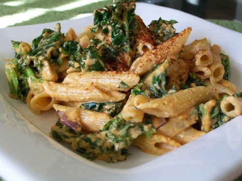 fruitandtea:  Spicy Creamy Kale Pasta (Vegan and Gluten-Free*) (click image for recipe.) *For a gluten-free version, use quinoa penne pasta noodles.