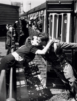 itsjohnsen:  A soldier of the British Expeditionary Force returns home, 1940. Getty